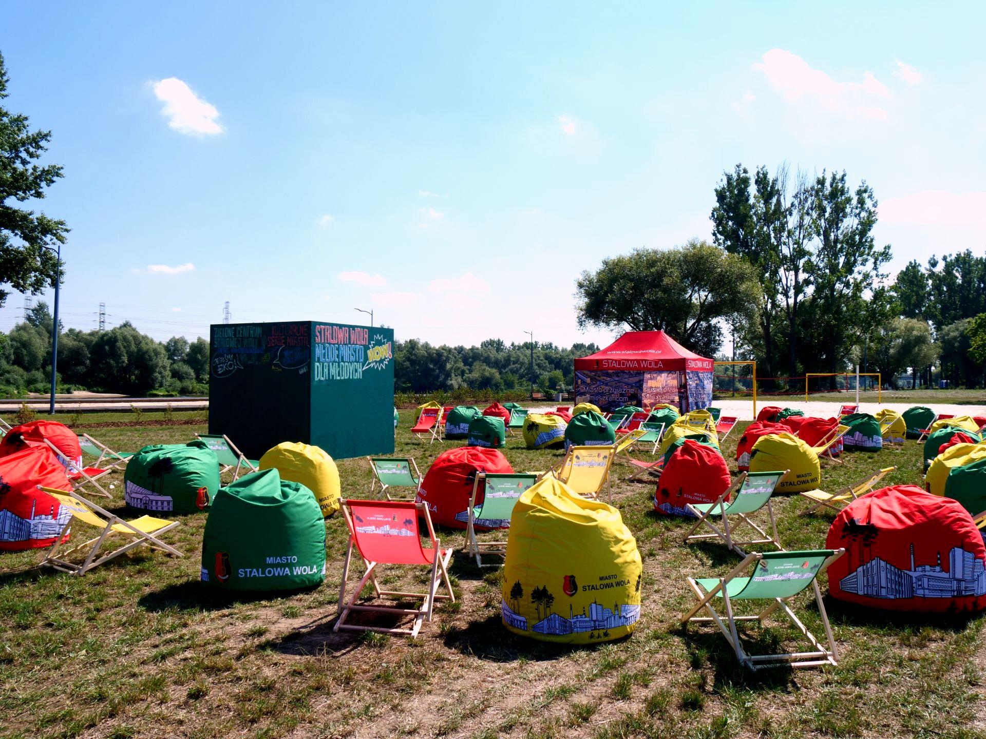 Leżaki i pufy w kolorach flagi miasta Stalowej Woli
