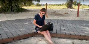 1 osoba na błoniach, laptop