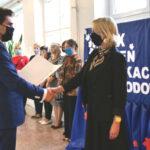 wiele osób, wręczenie dyplomu