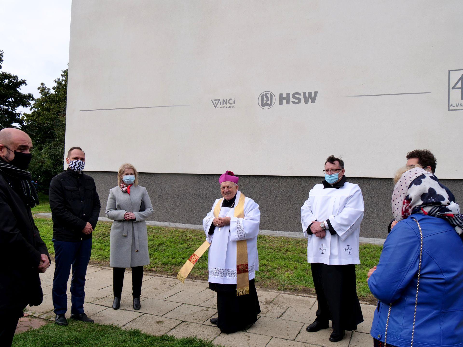 wiele osób pod muralem św. Jana Pawła II