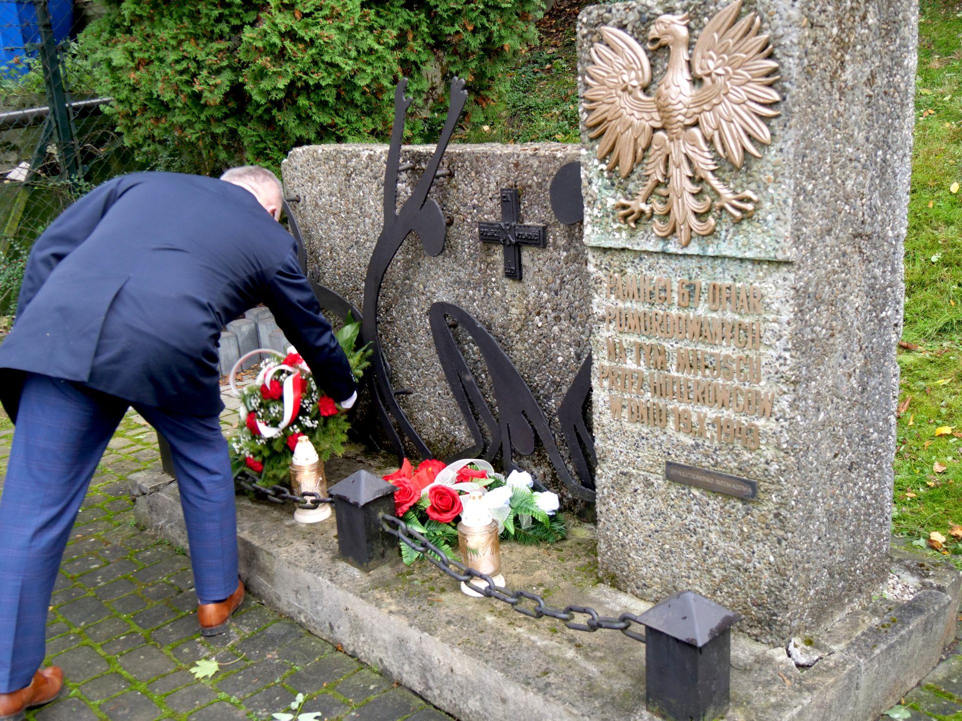 pomnik, 1 osoba, kwiaty