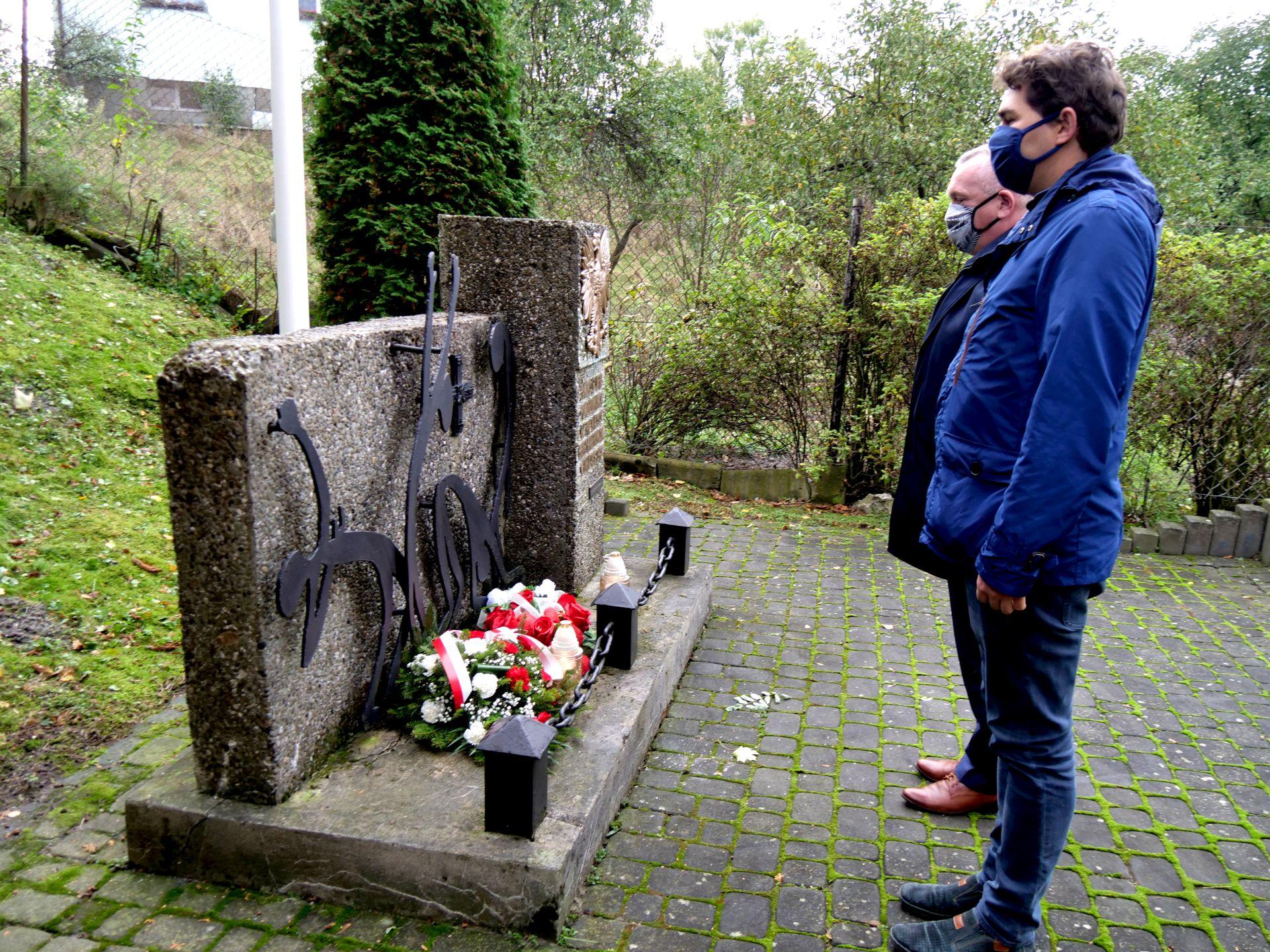pomnik, dwie osoby