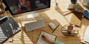 komputer, zeszyt, długopis, biurko, 2 osoby