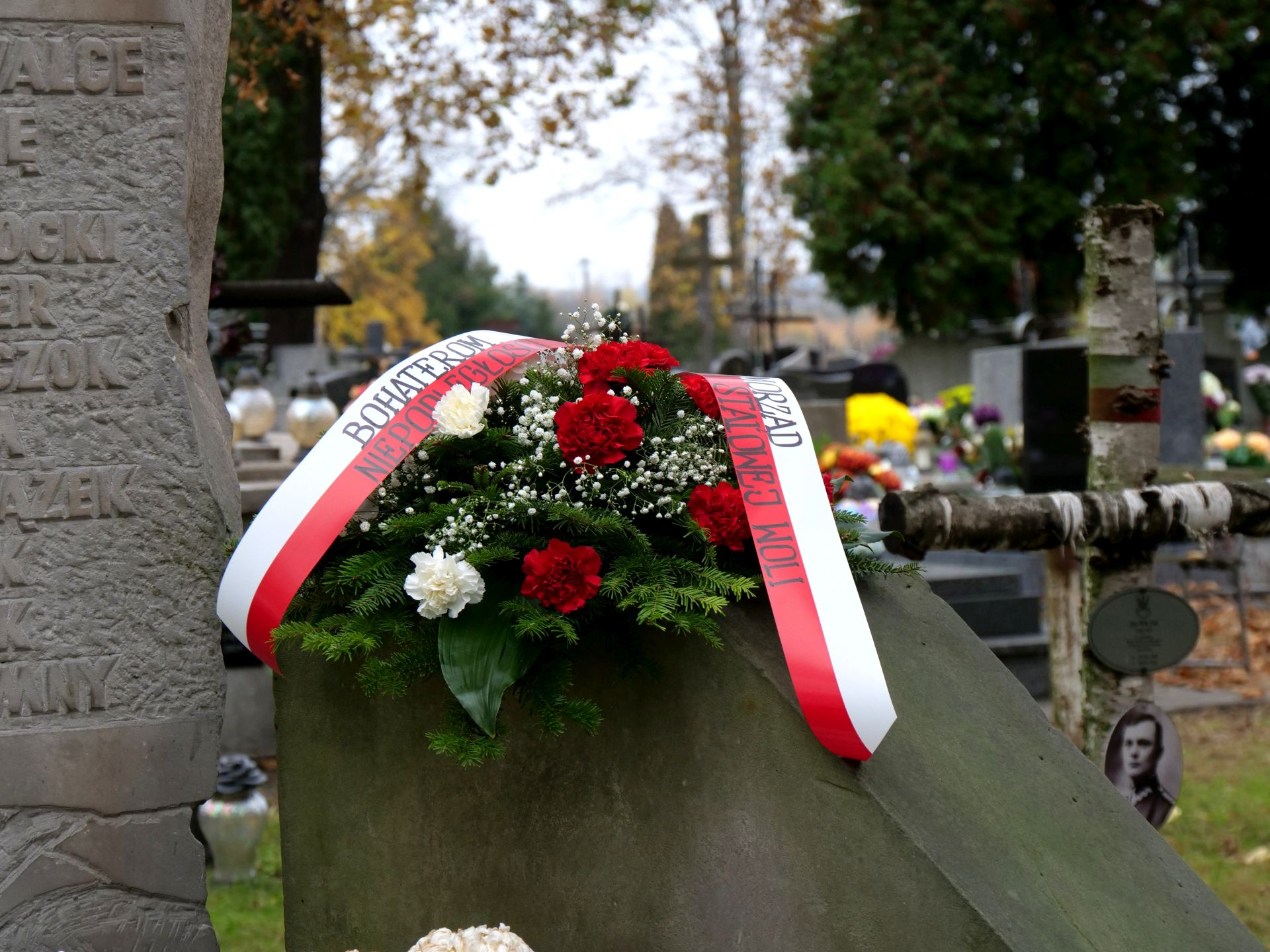 pomnik, kwiaty