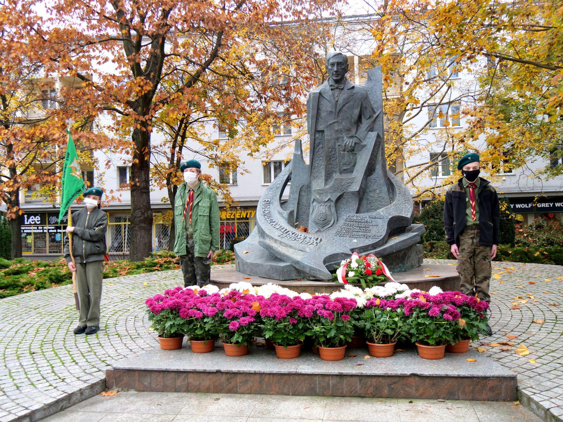 pomnik, kwiaty, wiele osób
