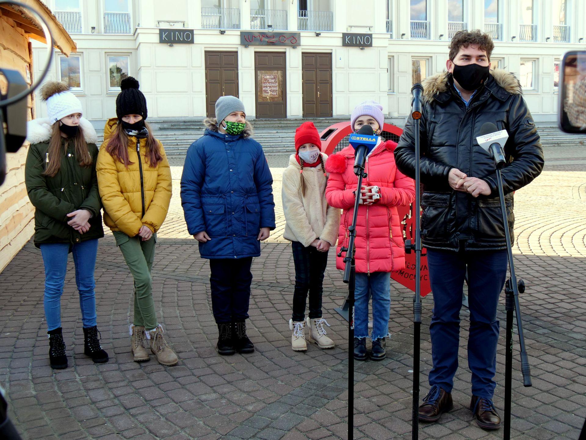 wiele osób, dyplomy, plac Piłsudskiego, nagrody