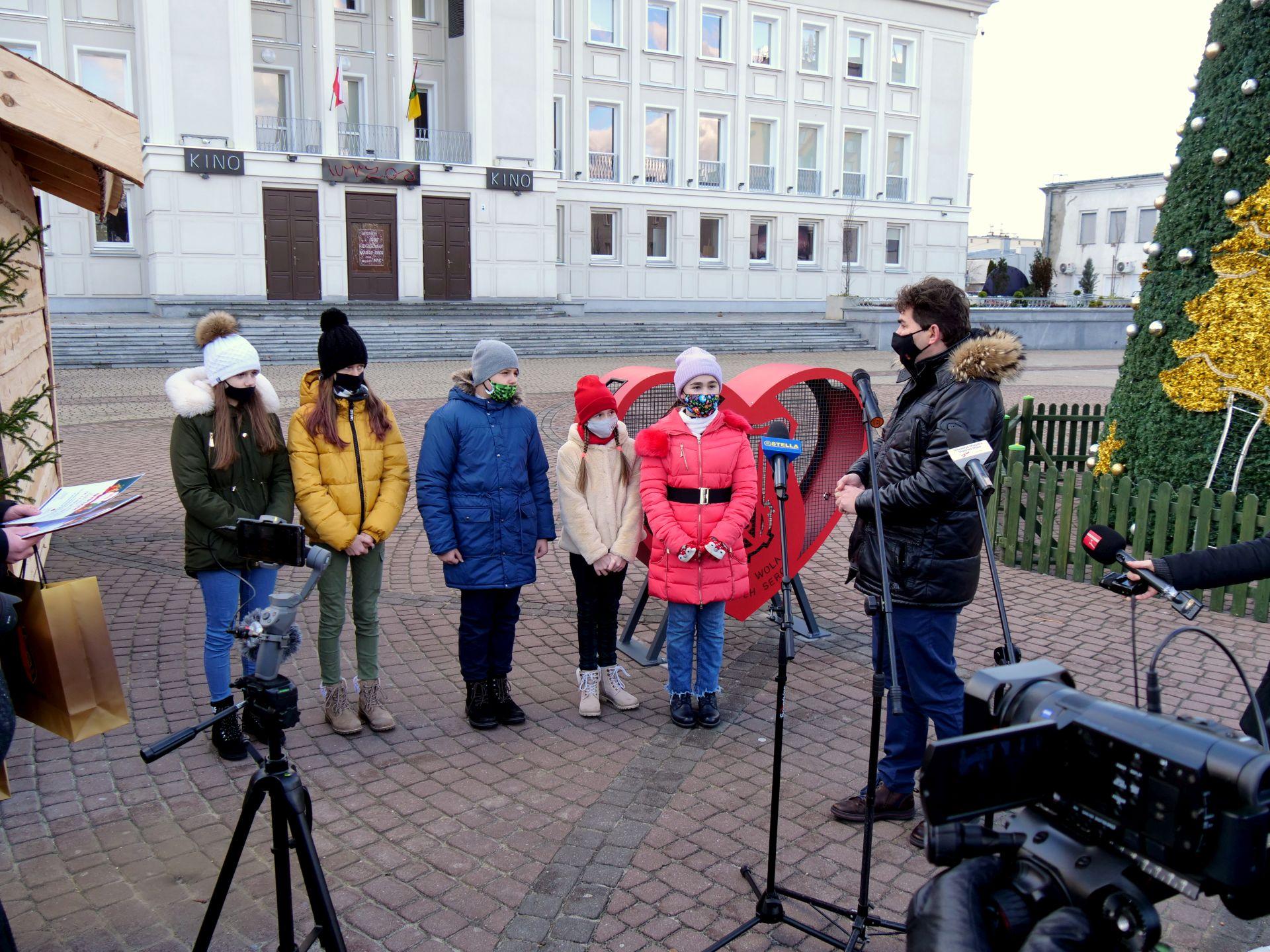 wiele osób, dyplomy, plac Piłsudskiego, nagrody, w tle MDK