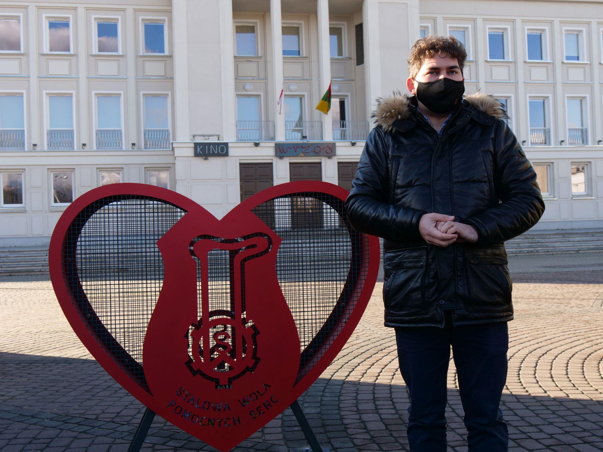 1 osoba, nakrętki, pojemnik w kształcie serca