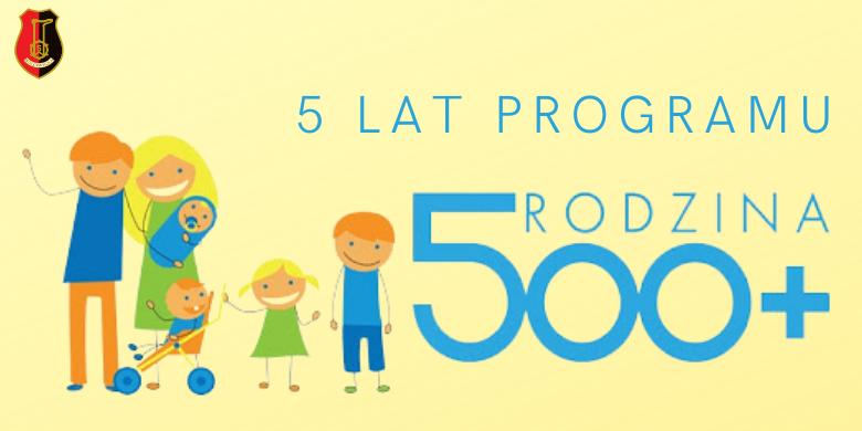 rodzina, 2 dorosłych, 4 dzieci, herb Miasta Stalowej Woli, napis: 5 lat programu rodzina 500+