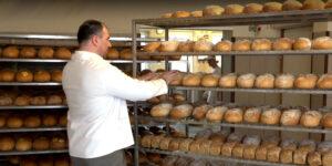 Wnetrze piekarni, chleby na półkach, 2 osoby