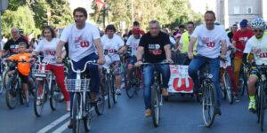wiele osób na rowerach