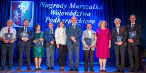 wiele osób, scena, w tle napis: nagrody Marszałka Województwa Podkarpackiego