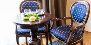 pokój, dwa krzesła, stolik