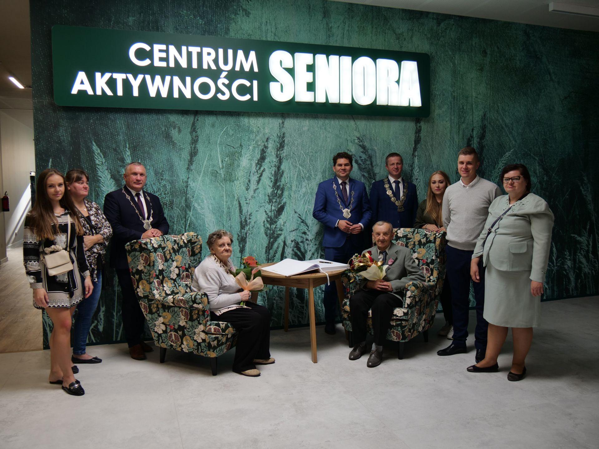 wiele osób, napis: Centrum Aktywności Seniora