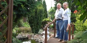 ogród, dwie osoby